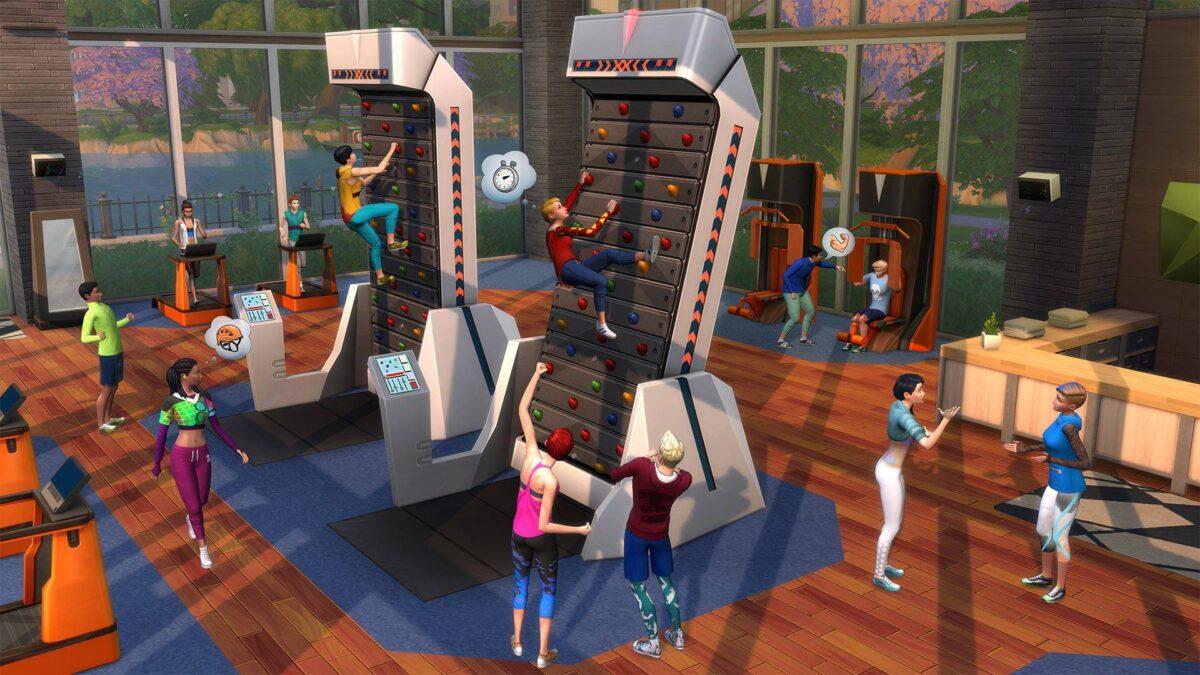 Sim benutzt elektronische Kletterwand im Fitness-Studio