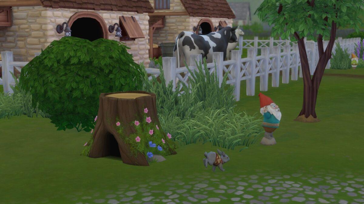 Sims 4 Landhaus-Leben Guide Hase mit Pulli hoppelt vor einem hohlen Baumstamm neben Viehstall