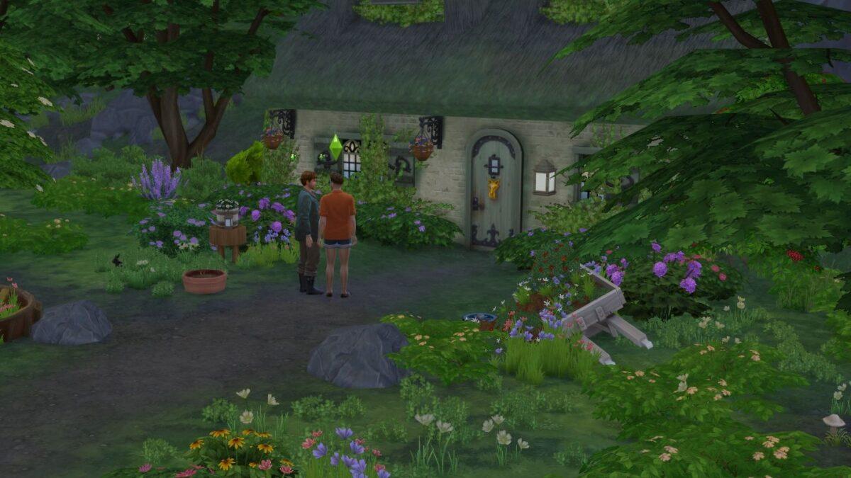 Sims 4 Landhaus-Leben Guide Zwei Sim-Männer unterhalten sich vor Cottage im Wald