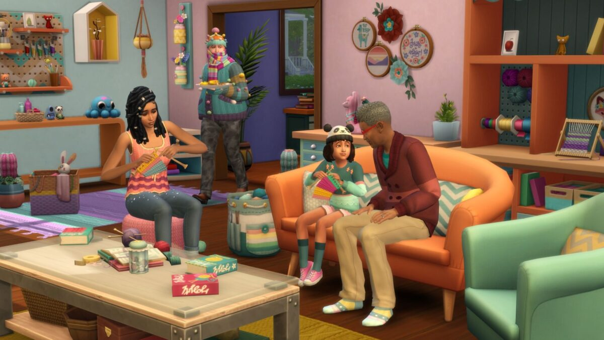 Drei Sims stricken in dekoriertem Wohnzimmer