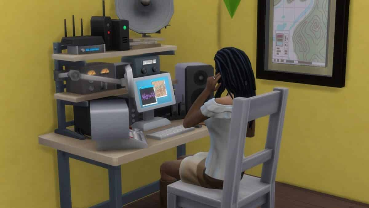 Sim-Frau beim Benutzen von Abhörausrüstung